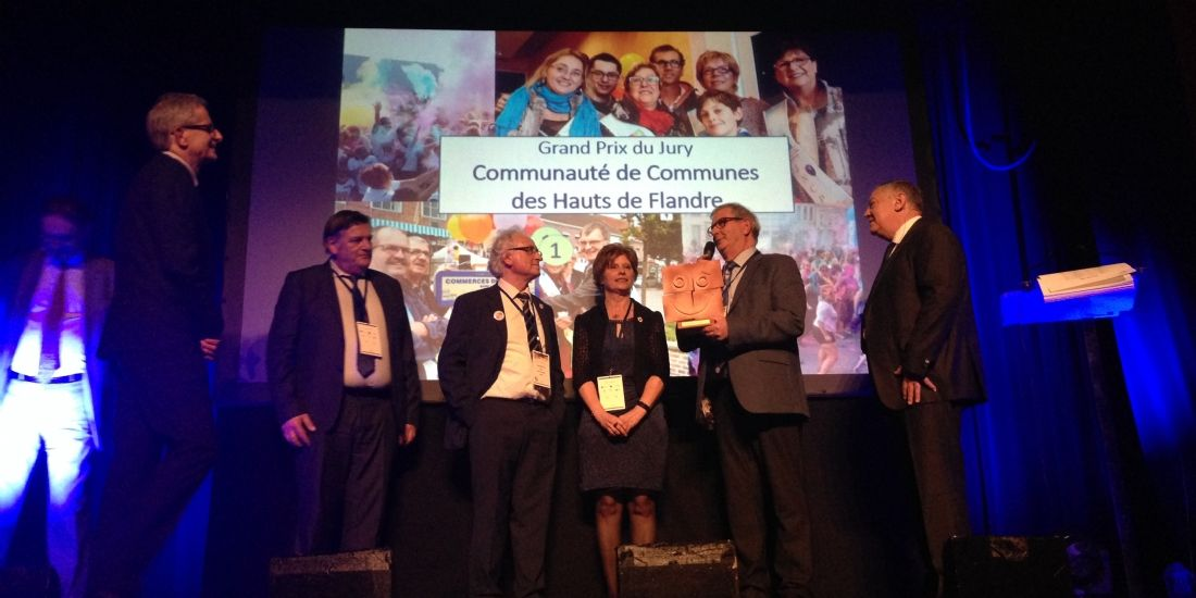 Hervé Lemainque (à gauche), président de l'association JNCP, a remis le Grand prix du jury à la communauté de communes des Hauts de Flandre